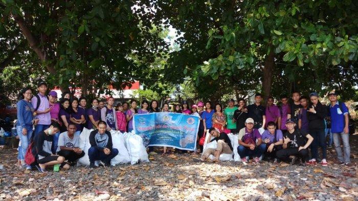 Mahasiswa Polimdo Kumpulkan 365 Sampah Plastik dan Botol di Pesisir Pantai