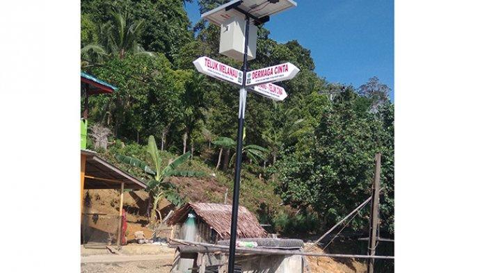 Teknik Elektro Polnep Pasang LED Signbord Tenaga Surya di Lemukutan