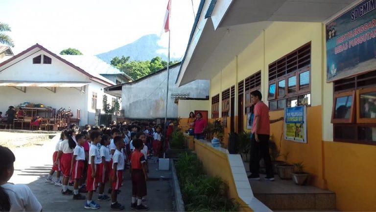 Tim PKM Politeknik Negeri Manado Simulasi Sekolah Dasar Bersih dan Sehat