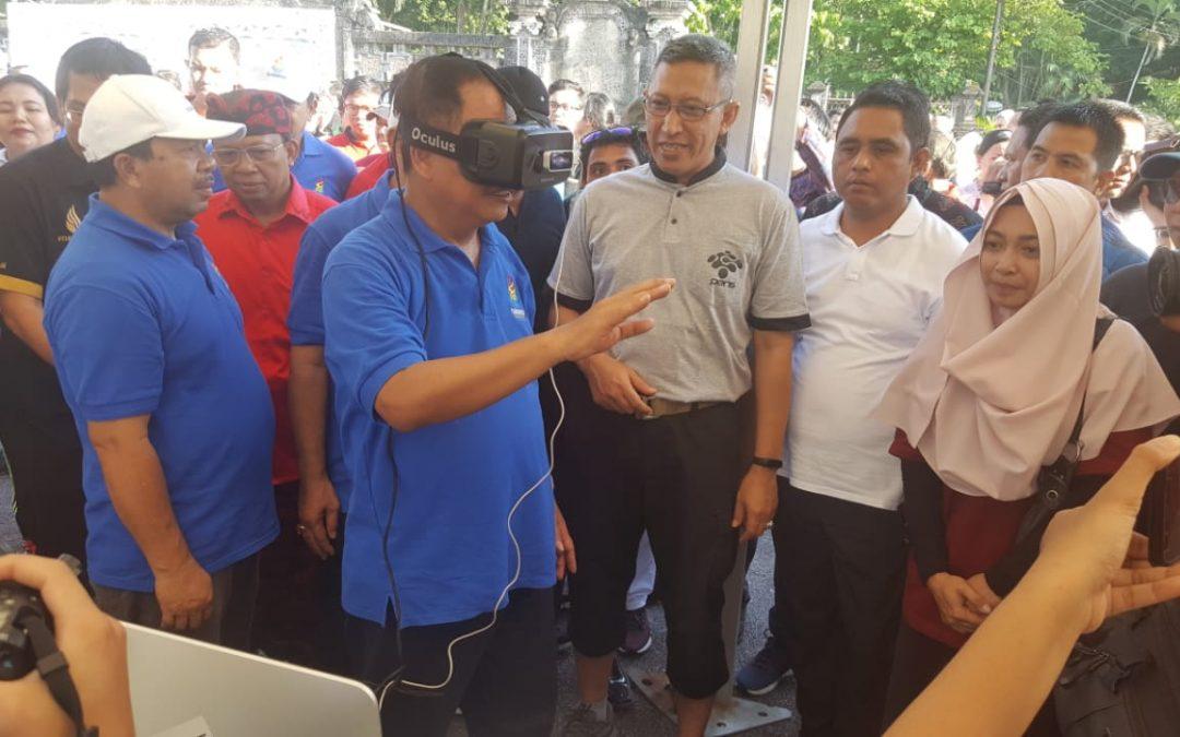 """Menristekdikti Mencoba """"Virtual Laboratory"""" Karya PENS di Launching Hakteknas di Bali"""