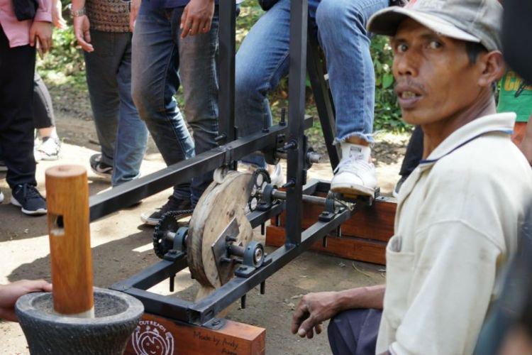 60 Mahasiswa Indonesia-Korea Buat Penumbuk Kopi dan Pelentur Bambu di Banyuwangi