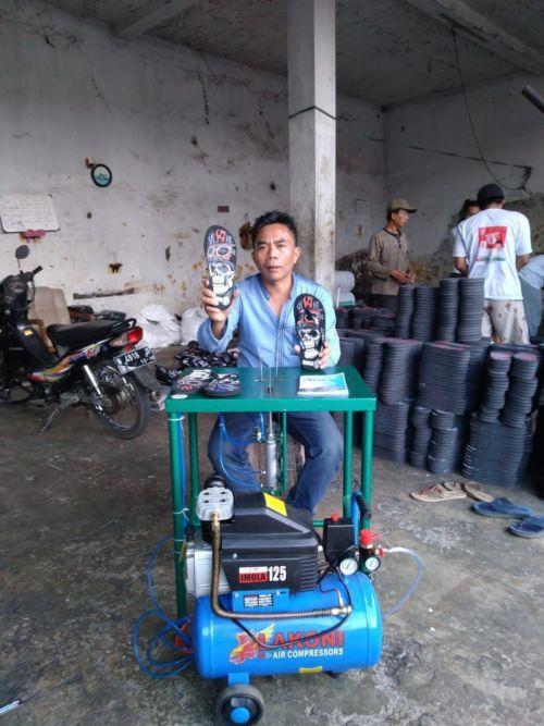 Apatik, Alat Pemasang Tali Sandal Jepit Pneumatik Karya Mahasiswa Polinema