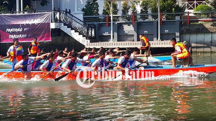 PPNS Gelar Lomba Dayung Perahu Naga di Sungai Kalimas Surabaya
