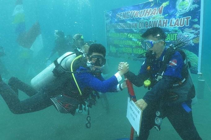 Politeknik Negeri Manado Wisuda Bawah Laut dan Penanaman Karang